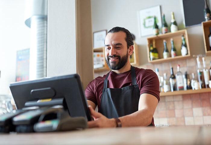 Um cliente feliz utilizando a plataforma Zaz Tech em seu escritório